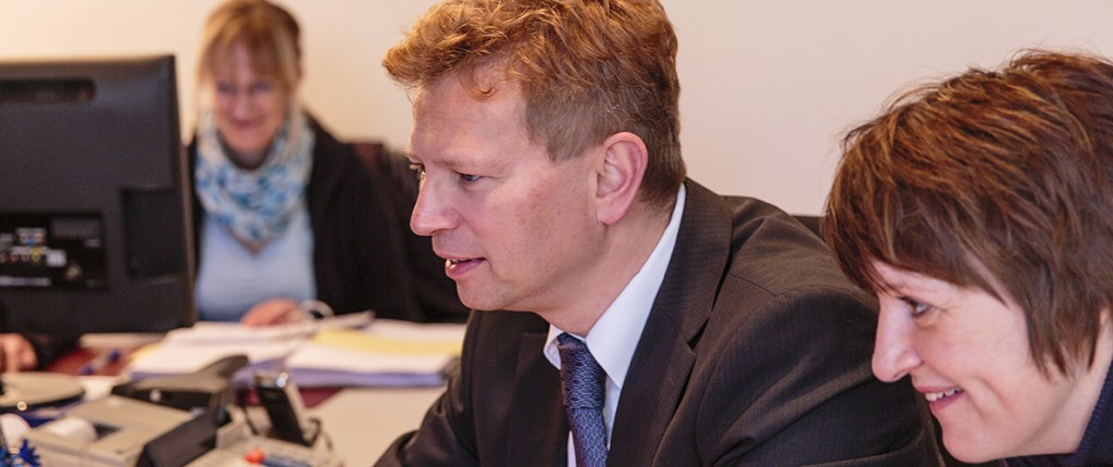 Steuerberater Alexander F Mayer 2 Mitarbeiterinen am Computer